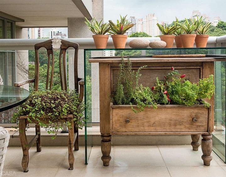 ervas romáticas em móveis antigos